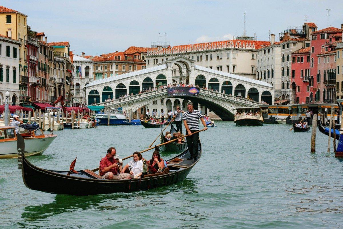 Gondola sul Canal Grande, davanti al Ponte di Rialto